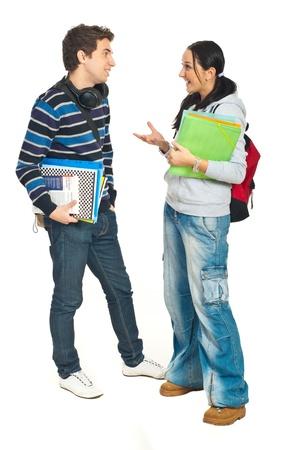 dos personas hablando: Toda la longitud de la pareja de estudiantes tener conversación aislado en fondo blanco