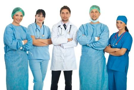 mani incrociate: Team di cinque medici in piedi con le mani incrociate isolato su sfondo bianco