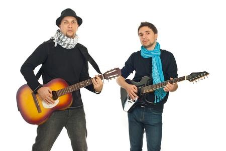 bufandas: Banda de dos chicos cool con pa�uelos tocando guitarras ac�sticas y electr�nicas, aislados en fondo blanco