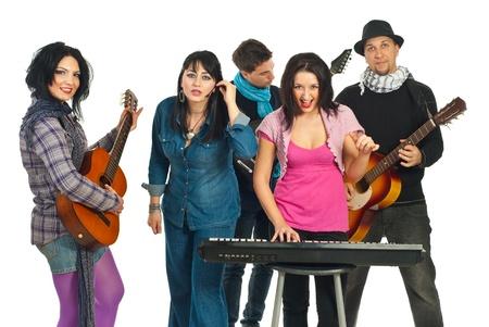 Band van vijf vrienden spelende muziek instrumenten geïsoleerd op witte achtergrond
