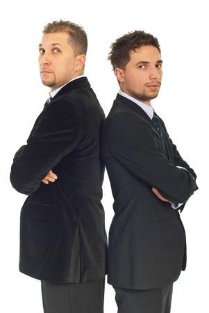 Zwei Business-Männer in Anzügen standing with Arms folded Rücken an Rücken isolierten auf weißen Hintergrund Standard-Bild