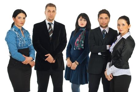 Droevige ernstige vijf bedrijfsmensen die zich op een rij bevinden en camera bekijken die op witte achtergrond wordt geïsoleerd