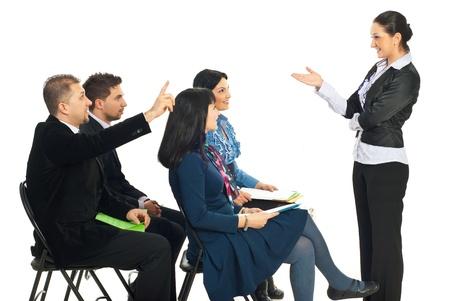 formacion empresarial: Mujer de negocios en seminario pidiendo y un hombre de negocios saben la respuesta y la crianza de mano aislado en fondo blanco