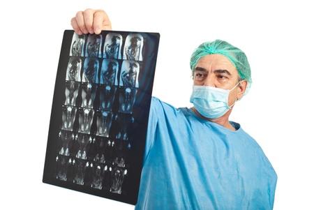 resonancia magnetica: Cirujano maduro hombre con una m�scara protectora revisi�n resonancia magn�tica aislada sobre fondo blanco