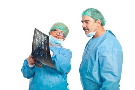 resonancia magnetica: Dos cirujanos maduros revisi�n im�genes por resonancia magn�tica y la conversaci�n aislados en fondo blanco