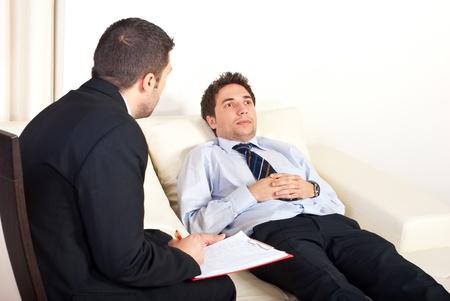 terapia psicologica:  Hombre de psiquiatra hablando con hipnotizada paciente masculino