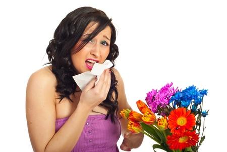 sneezing: Giovane donna starnuto e avendo allergia da fiori di primavera, isolato su sfondo bianco Archivio Fotografico