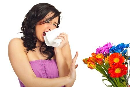 estornudo: Estornudo joven y tratar de detener un ramo de primavera de flores aisladas sobre fondo blanco