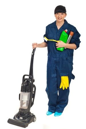 productos de limpieza: Limpieza de mujer de servicio con productos detergentes, pincel y aspiradoras aisladas sobre fondo blanco