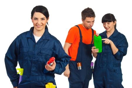 cleaning team: Mujer de trabajador de limpieza alegre en frente de la c�mara y su equipo tener conversaci�n en segundo plano