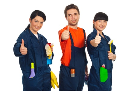 productos de limpieza: Limpieza de los trabajadores en una fila con productos de limpieza y dando pulgar arriba aisladas sobre fondo blanco