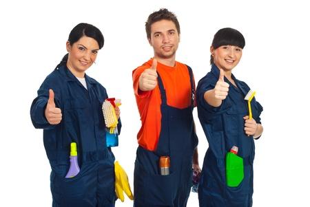 schoonmaakartikelen: Schoonmaakpersoneel in een rij houden reinigingsproducten en geven thumbs up geïsoleerd op witte achtergrond Stockfoto