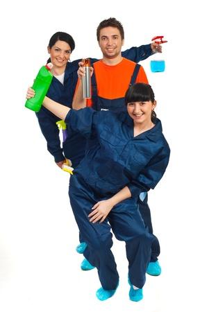 schoonmaakartikelen: Vrolijke werknemers teamwerk weergegeven: reinigingsproducten geïsoleerd op witte achtergrond