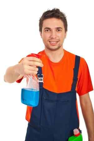 empleada domestica: Alegre hombre limpieza de trabajadores con aerosol para lavar windows aisladas sobre fondo blanco Foto de archivo