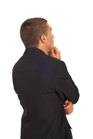 hombre pensando: Parte posterior del hombre de negocios de j�venes pensando y buscando lejos aislaron sobre fondo blanco