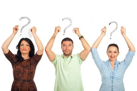 questionnement: Trois personnes occasionnels permanent en ligne et la tenue de marques de questions au-dessus de leur t�te isol�e sur fond blanc