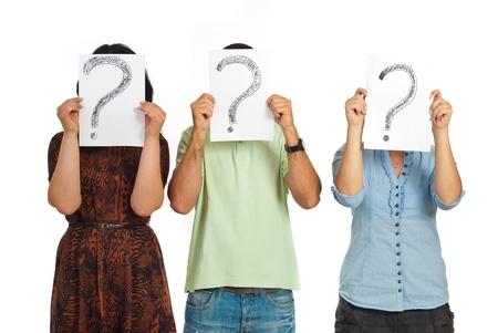 preguntando: Tres personas casuales en una l�nea y celebraci�n de preguntas marca aislado sobre fondo blanco