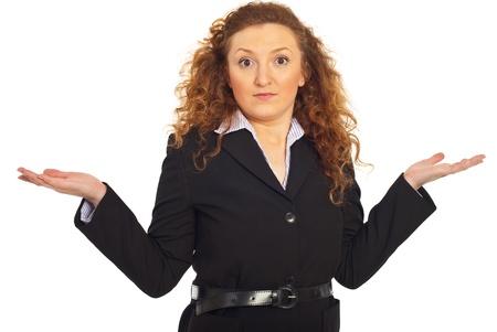 Wonder femme d'affaires debout avec les mains ouvertes et le questionnement isolé sur fond blanc