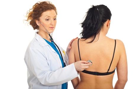 back of woman: Mujer paciente de m�dico comprobaci�n aislada volver sobre fondo blanco