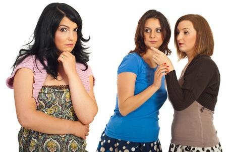 celos: Dos mujeres dice secretos y rumores sobre su amigo aislada sobre fondo blanco Foto de archivo