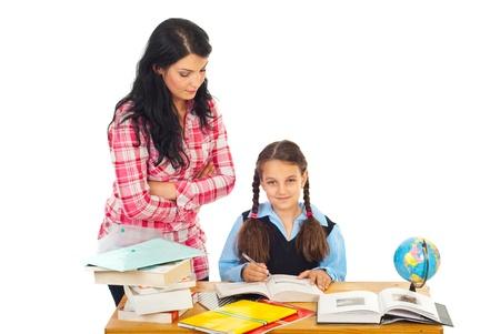 verify: Donna insegnante di verificare i compiti studentessa in una classe contro sfondo bianco