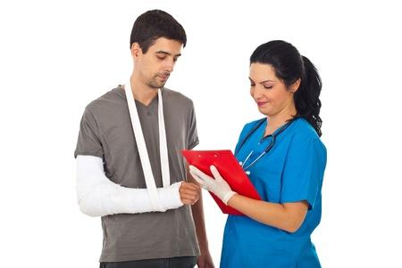 fractura: Mujer amigable m�dico que receta herido y escribir en el Portapapeles aisladas sobre fondo blanco