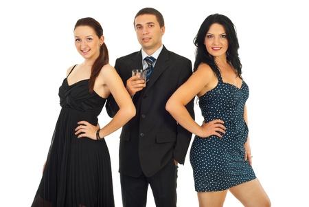 trio: Sonriente gente elegante fiesta permanente en una fila aislada sobre fondo blanco