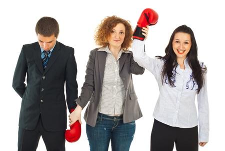 arbitrator: Arbitro alzando la mano vincente in concorso due persone d'affari isolato su sfondo bianco