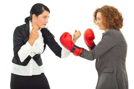 business rival: Competencia lucha dos empresarias, uno de ellos con guantes de boxeo aisladas sobre fondo blanco