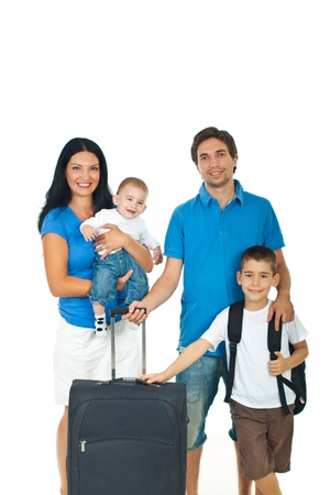 familia viaje: Feliz familia de cuatro miembros listos para viajar aislada sobre fondo blanco Foto de archivo