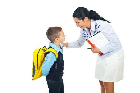 niÑos hablando: Madre de ir de mujer maestro hablando con colegial aislado en blanco backgground Foto de archivo
