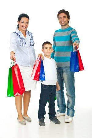 dar un regalo: Familia alegre dando bolsas sobre fondo blanco