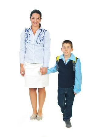 niños saliendo de la escuela: Madre hijo la mano, hablando y van juntos en el primer día de escuela  Foto de archivo