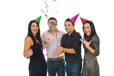 Gelukkig vrienden plezier en opening buis met slingers en confetti op het feestje van op witte achtergrond