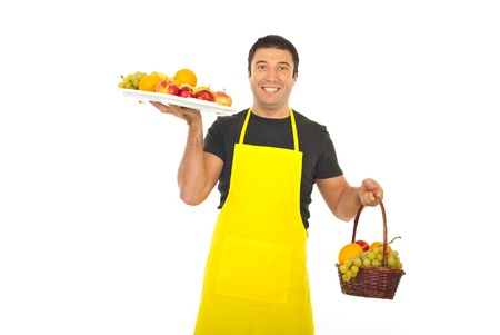 greengrocer: Fruter�a celebraci�n meseta completa y una canasta con frutas frescas aisladas sobre fondo blanco Foto de archivo