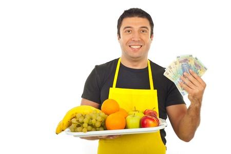 greengrocer: El dinero feliz celebraci�n de verduler�a y frutas frescas aisladas sobre fondo blanco