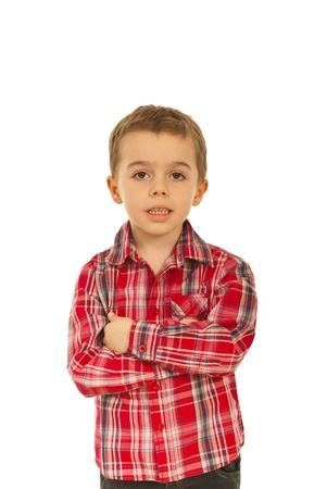 five years old: Ragazzo sorridente ragazzino in piedi cinque anni con le mani incrociate su sfondo bianco