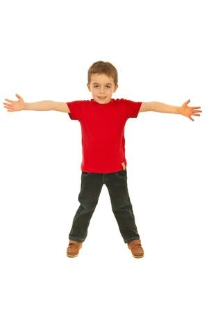 Happy jongen het dragen van rode lege t-shirt en staan met open armen geïsoleerd op een witte achtergrond