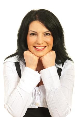Donna d'affari Felice poggia il suo viso sui gomiti isolato su sfondo bianco