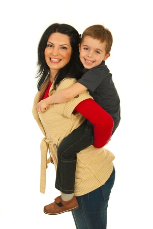 háton: Anya így háton lovagolni, hogy a fiát, és mindketten nevetve elszigetelt fehér háttér