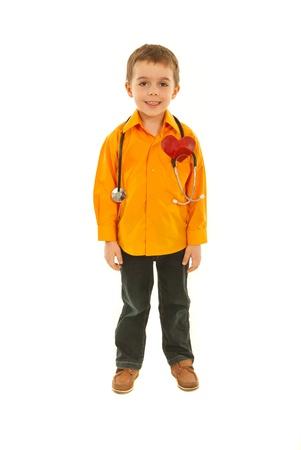 Sourire garçon futur médecin avec son stéthoscope et en forme de c?ur isolé sur fond blanc