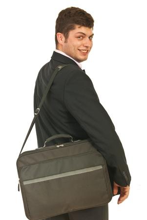 El hombre de negocios feliz de ir a puestos de trabajo y mirando hacia atrás por encima del hombro aisladas sobre fondo blanco