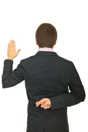 Indietro di giovane bugiardo giuramento busines sman isolato su sfondo bianco