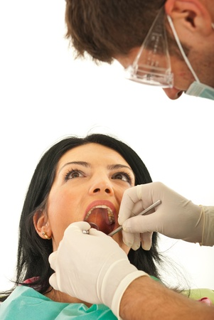 boca abierta: Cerca de la dentista de trabajo con la mujer del paciente aislado en fondo blanco