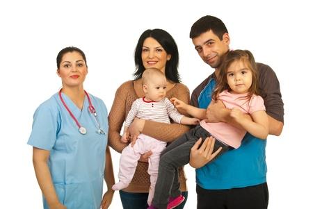 Donna medico con felice famiglia piena di madre, padre e due figlie isolato su sfondo bianco