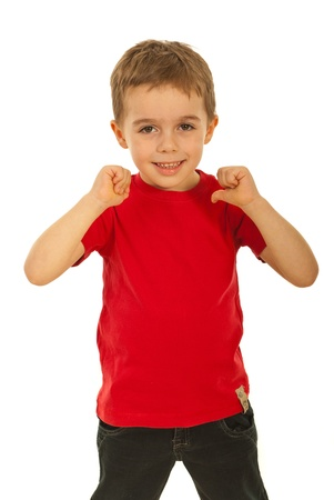 Gelukkig kind jongen wijzend naar zijn rode lege t-shirt geïsoleerd op witte achtergrond
