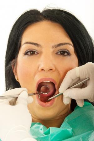 femme bouche ouverte: Gros plan d'une femme malade à un dentiste contre un fond blanc Banque d'images