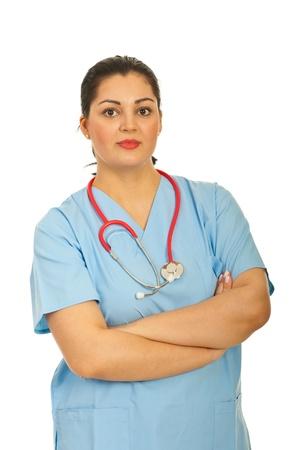 mani incrociate: Donna medico in piedi con le braccia piegate isolato su sfondo bianco