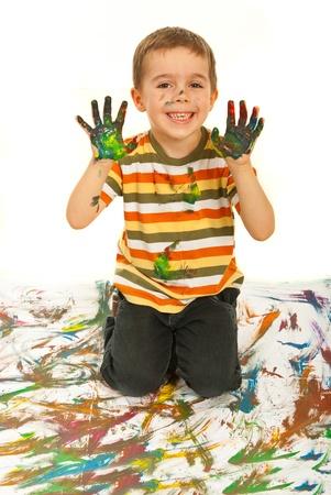 Laughing Boy kid disordinato mostrando i palmi delle mani colorate su sfondo bianco