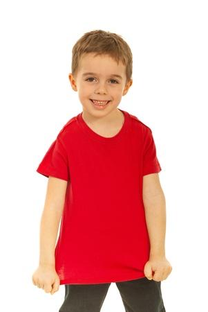 Happy kid toont zijn lege rode t-shirt geïsoleerd op witte achtergrond